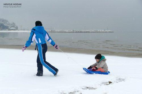 Snježni raj na Rajskoj plaži – snjegovići nadomak mora