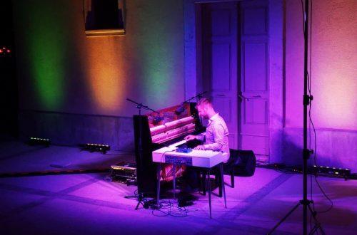 Očaravajuća fuzija pianina i Mellotrona pred loparskom župnom crkvom