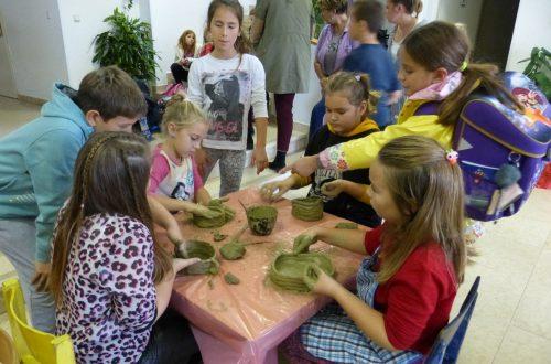 """U sklopu projekta """"Gradim svoj svijet"""", koji CZK Lopar  provodi 4. godinu zaredom, okončan ciklus radionica lončarstva za školsku djecu"""